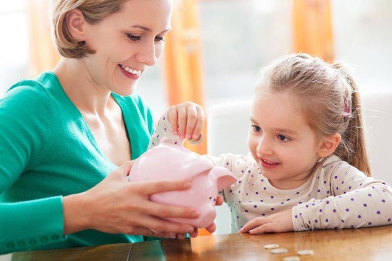 Vaikai taupyti gali vienu metu trijose taupyklėse: smulkmenoms, svajonei ir aukojimui.<br>123rf nuotr.