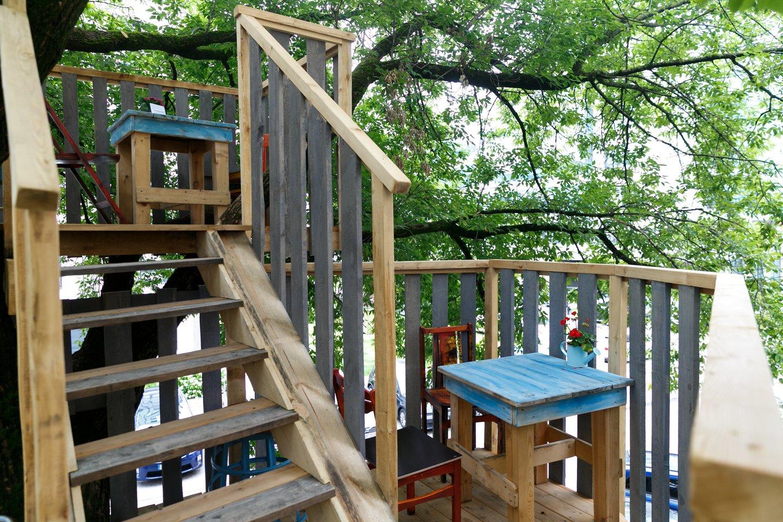 """Staliukai medžiuose – tokią neįprastą idėją savo lankytojams pasiūlė restoranas """"Marceliukės klėtis"""", įsikūręs ne kur nors gamtos apsuptyje, o kone sostinės centre.<br>T.Bauro nuotr."""