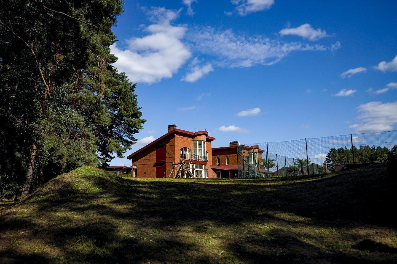 Išskirtinai prabangiai įrengtas 10 kambarių namas, su privačiais teniso kortais, lauko terasomis, žiemos sodu, garažais 4 automobiliams bei išpuoselėtu 36,38 a. sklypu.