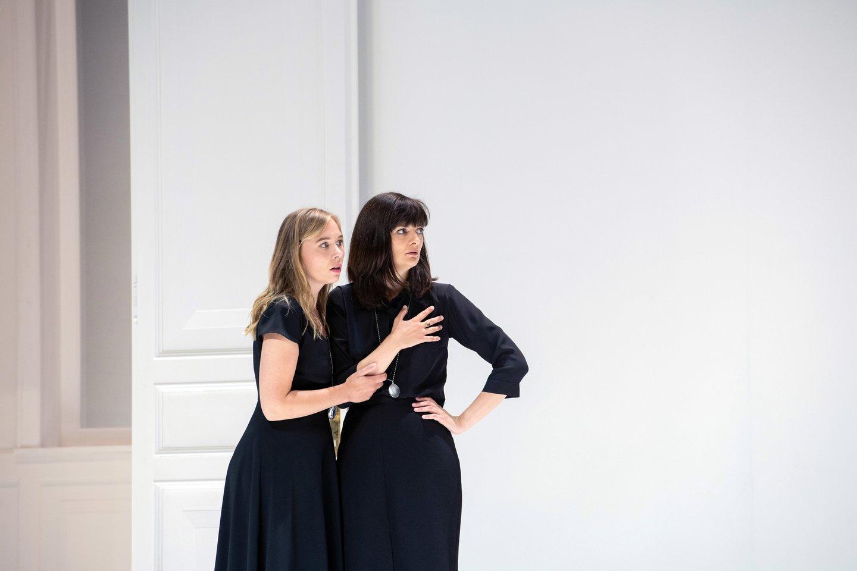 """E.Dreisig (kairėje)operoje """"Visos jos tokios""""suM.Crebassa (Dorabela).<br>M.Rittershaus nuotr."""