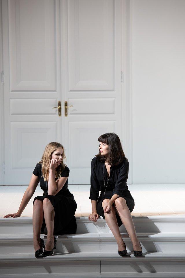 """E.Dreisig (kairėje)operoje """"Visos jos tokios"""" suM.Crebassa (Dorabela).<br>M.Rittershaus nuotr."""