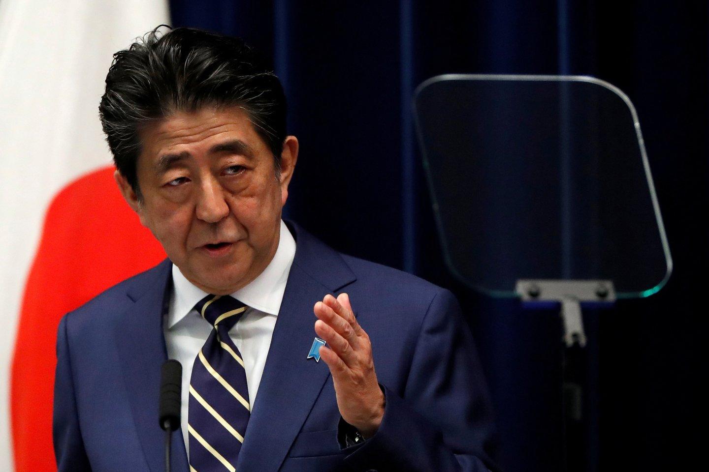 Pirmadienį Japonijos medikai tikrina šalies ministro pirmininko Shinzo Abės sveikatos būklę Kejo universiteto ligoninėje centrinėje Tokijo dalyje. Tai pranešė televizijos kanalas NHK.<br>Reuters/Scanpix nuotr.