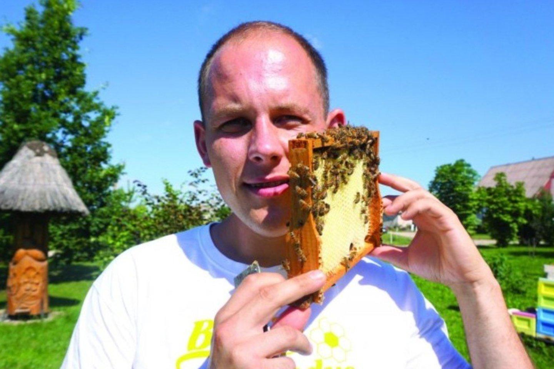V.Jackevičiui bitės – draugės, kurios jo negelia.<br>A.Švelnos nuotr.