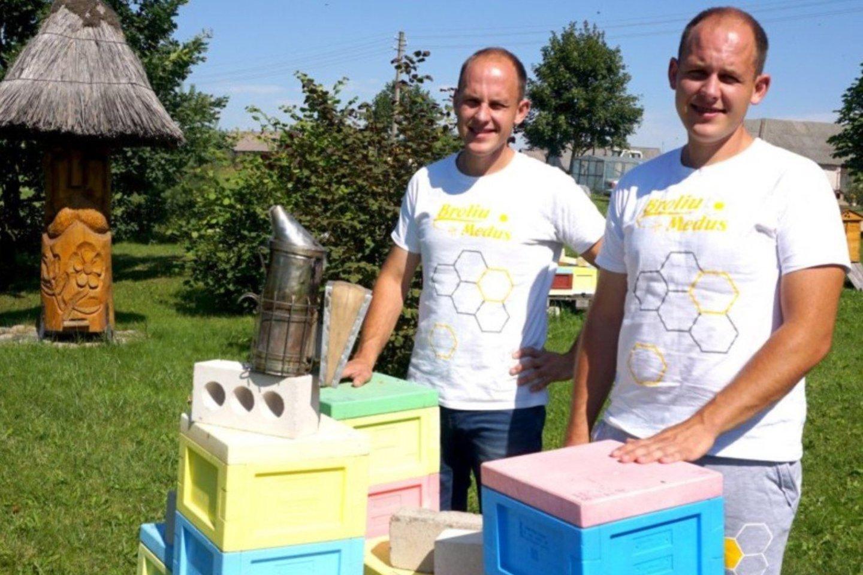 Vilius su Ignu nuspalvino avilius, kad bičių namai pritrauktų daugiau gyventojų.<br>A.Švelnos nuotr.
