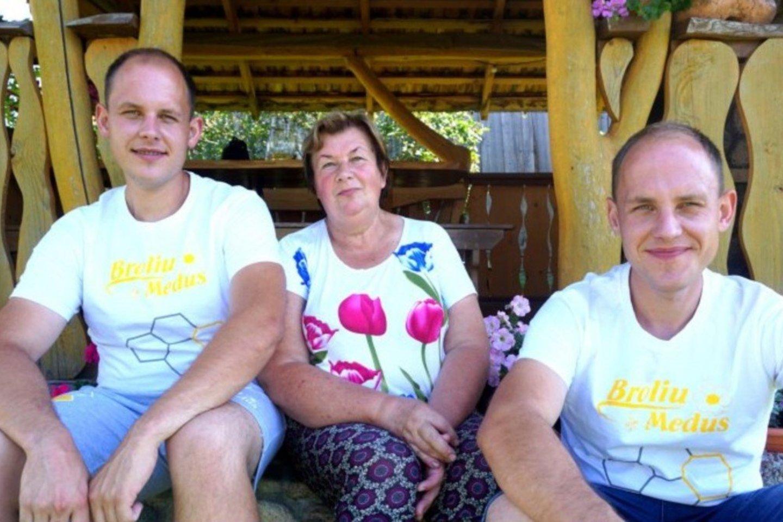 Sūnums bitininkams Viliui (kairėje) ir Ignui mama A.Jackevičienė tapo pagalbininke jų versle.<br>A.Švelnos nuotr.