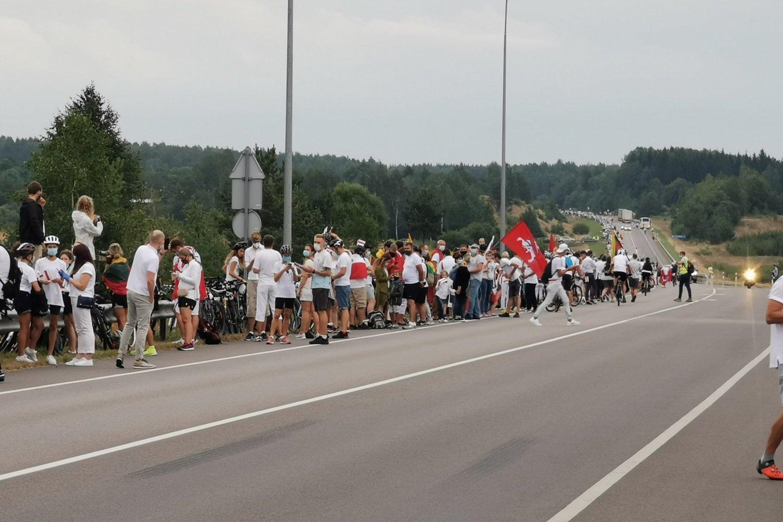 """""""Laisvės kelias"""" subūrė daugybę žmonių.<br>R.Danisevičiaus nuotr."""