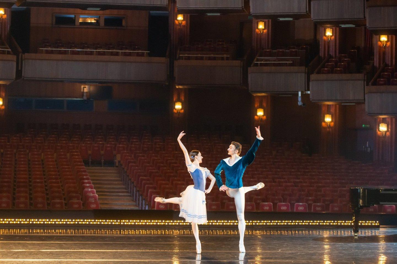 Pirmajame premjeriniame spektaklyje pagrindinius Žizel ir Alberto vaidmenis atliko puikiai žinoma LNOBT šokėjų pora – Kristina Gudžiūnaitė ir Genadij Žukovskij.<br>M.Aleksos nuotr.