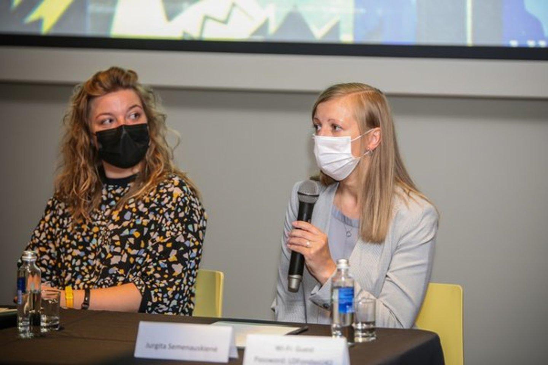 """Tartle direktorė Jurgita Semenauskienė (dešinėje) su parodos kuratore Ieva Burbaite.<br>""""Tartle"""" (A.Stepankevičiaus) nuotr."""