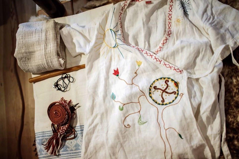 Pagal Baltų religiją gimties marškiniai, kurie įgydavo ypatingų galių, kaip šventas reliktas, dalyvavęs gimties rituale.<br> Asmeninio archyvo nuotr.