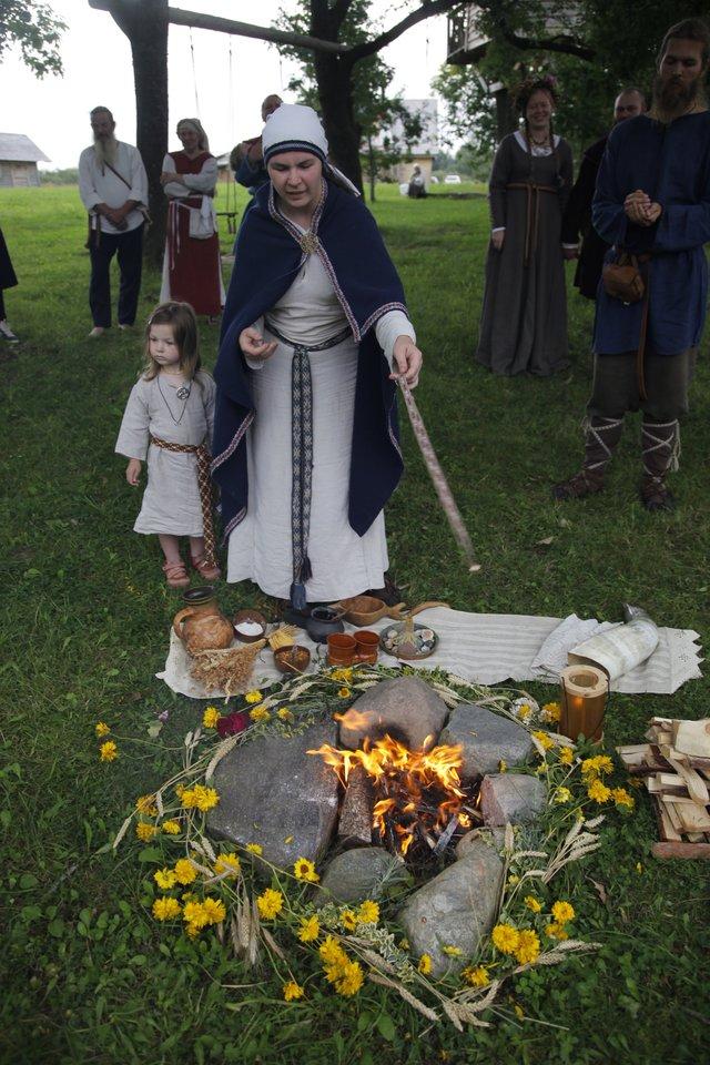 Baltų religijos apeigose dažnai dalyvauja ir Miglės dukros.<br> Asmeninio archyvo nuotr.