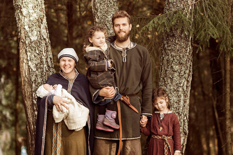 Miglė ir Mindaugas Valaičiai vadovaudamiesi baltiškomis vertybėmis augina tris dukras – Žemyną, Rikantę ir Rugilę.<br>Asmeninio archyvo nuotr.