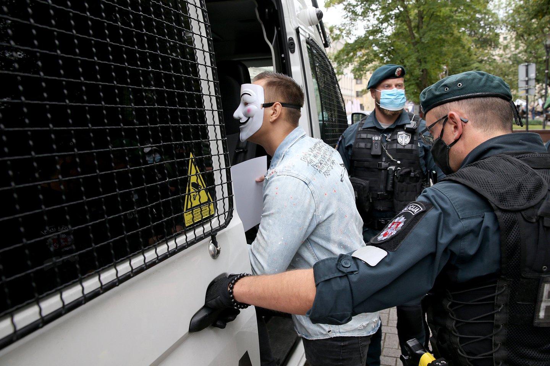 Vienas asmuo buvo sulaikytas - jį policijos pareigūnai išsivedė, nes nepakluso teisėtiems reikalavimams nusiimti visą veidą slepiančią kaukę.<br>R.Danisevičiaus nuotr.