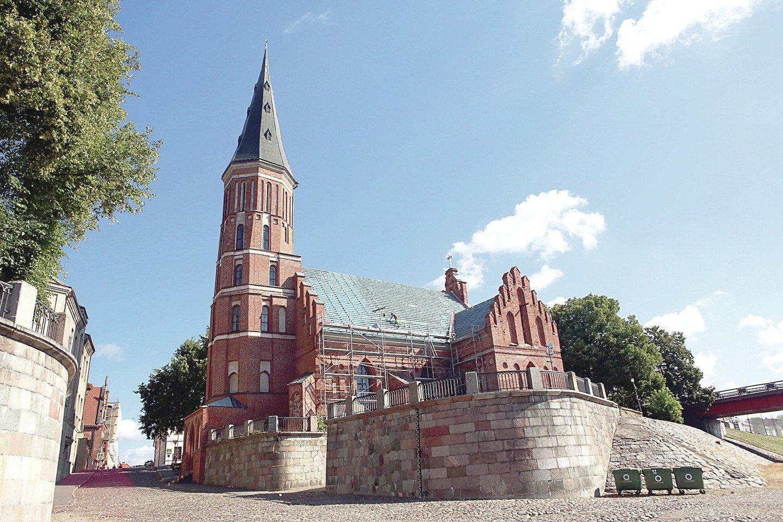 Į Vytauto Didžiojo bažnyčią R.Karpavičius ir kaunietė A.Grybauskienė užsuko vestuvių dieną. Buvo siekiama sudaryti vaizdą, kad santuoka palaiminta bažnyčioje.<br>M.Patašiaus ir G.Bitvinsko nuotr.
