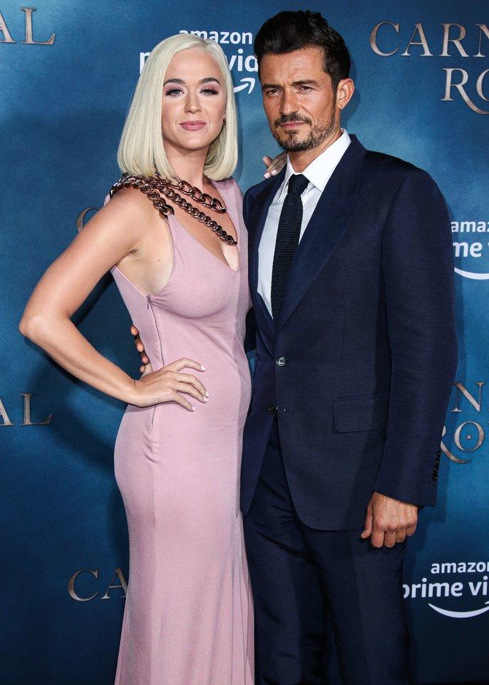 Dainininkė Katy Perry (35 m.) ir jos sužadėtinis aktorius Orlando Bloomas paskutines vasaros dienas sutinka su didžiuliu jauduliu.<br>Scanpix nuotr.