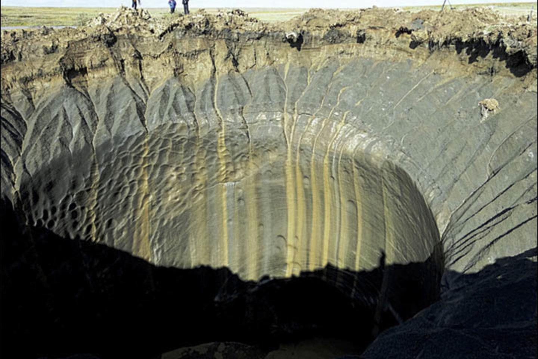 """Tirpstant amžinajam įšalui, Sibire sprogo nežinia kiek metų įšale glūdėjusi metano dujų sankaupa – dabar toje vietoje atsivėrė įspūdingas 50 m gylio krateris.<br> """"The Siberian Times"""" nuotr."""