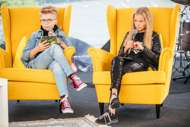 Knygos autorius apie piniginius reikalus kamantinėjo jaunieji ekspertai Rokas ir Fausta.<br> M.Linausko nuotr.