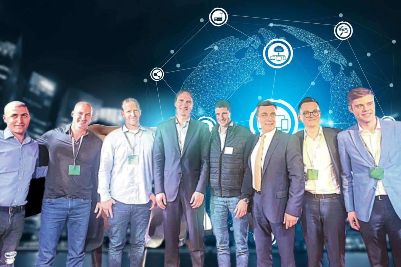 2017-aisiais viešėdamas Izraelyje Lietuvos banko valdybos narys M.Jurgilas (ketvirtas iš kairės) įsiamžino ir su E.Nachumu (kairėje). Tuomet buvo siekiama pritraukti šiuos investuotojus, tačiau dabar jie jau nusprendė trauktis.<br>123 rf nuotr., lrytas.lt montažas