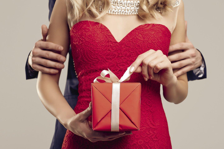 Būtent tos moterys, kurios dairosi tikrų vyrų, tuo pat metu ilgesingai laukia dovanų. Kodėl?<br>123rf nuotr.