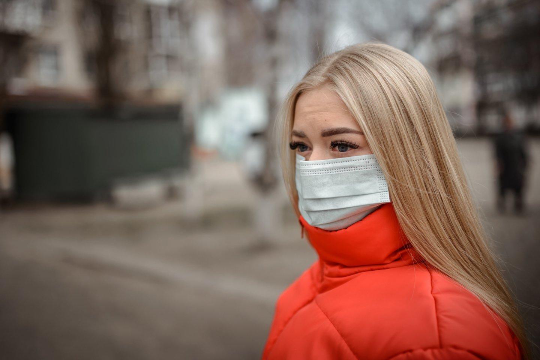Ar vaistininkė nežino, kad medicininės kaukės turi būti sterilios? Jas žmonės deda sau ant burnos ir nosies, ne vietoj diržo!<br>123rf nuotr.