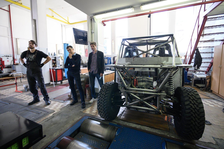 Didžioji dalis automobilio yra pagaminta pačių kūrėjų rankomis ar bent jau Lietuvoje.<br>V. Skaraičio nuotr.