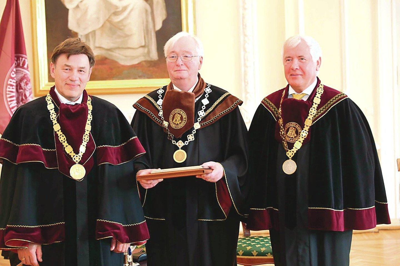 Prieš porą metų M.Drungai (viduryje) buvo įteiktos VDU garbės daktaro regalijos. Kairėje – VDU rektorius prof. Juozas Augutis, dešinėje – senato pirmininkas prof. Zigmas Lydeka.<br>T.Bauro nuotr.