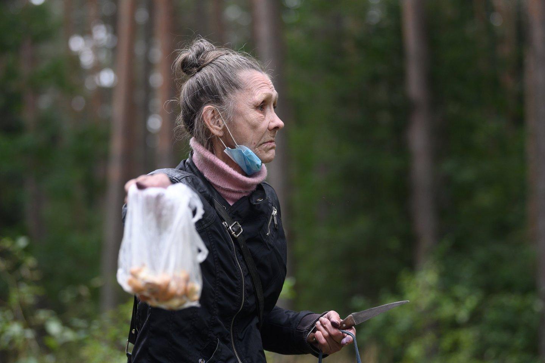 Irena buvo ką tik išlipusi iš autobuso, todėl jos maišelis dar pustuštis.<br>V.Skaraičio nuotr.