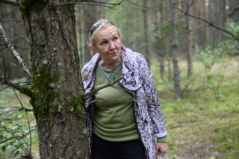 Natalija prisipažino, kad giliai į tankmę viena įžengti bijo, grybauja pakelėse.<br>V.Skaraičio nuotr.