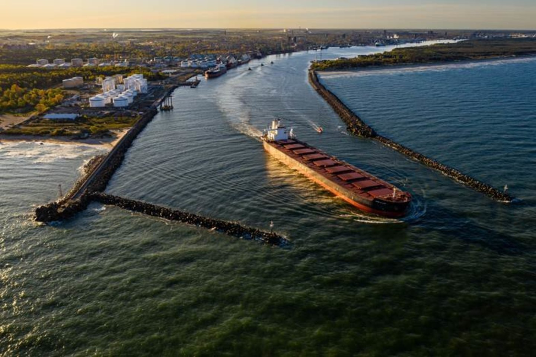 Klaipėdos valstybinio jūrų uosto direkcija ir rangovai pasirašė sutartį dėl bangolaužių rekonstravimo.<br>KVJU nuotr.