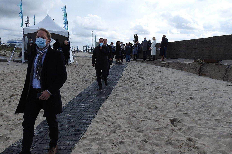 Svečiai pėdino į iškilmes per smėlį nutiestu taku.<br>G.Pilaičio nuotr.