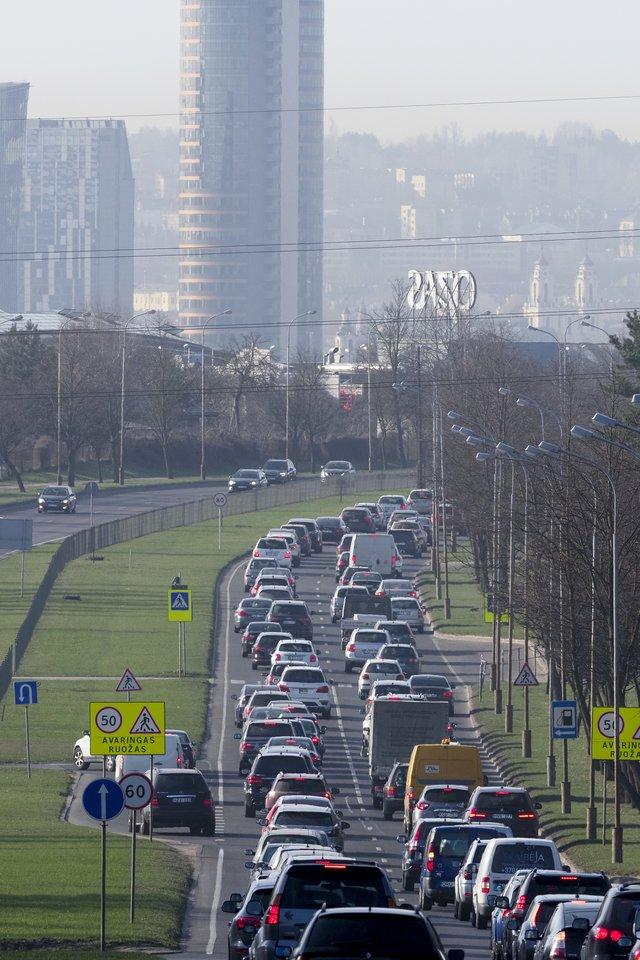 Matuos teršalų kiekį automobilių išmetamosiose dujose.<br>V.Ščiavinsko nuotr.