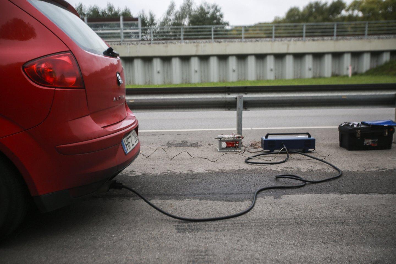Matuos teršalų kiekį automobilių išmetamosiose dujose.<br>G.Bitvinsko nuotr.