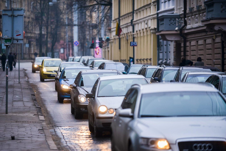 """Automobiliai su vidaus degimo varikliai negali būti parduodami po 2028 m., teigia aplinkosaugos organizacijos """"Greenpeace"""" padalinys Vokietijoje, remdamasis tyrimu apie Paryžiaus klimato kaitos susitarimo tikslų įgyvendinimą.<br>J.Stacevičiaus nuotr."""