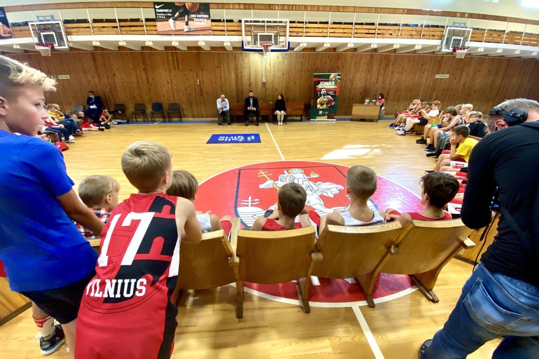 Sportininkas aplankė Vilniaus krepšinio mokyklą (VKM), kurioje padėjo savo pirmuosius krepšininko žingsnius.<br>V.Ščiavinsko nuotr.