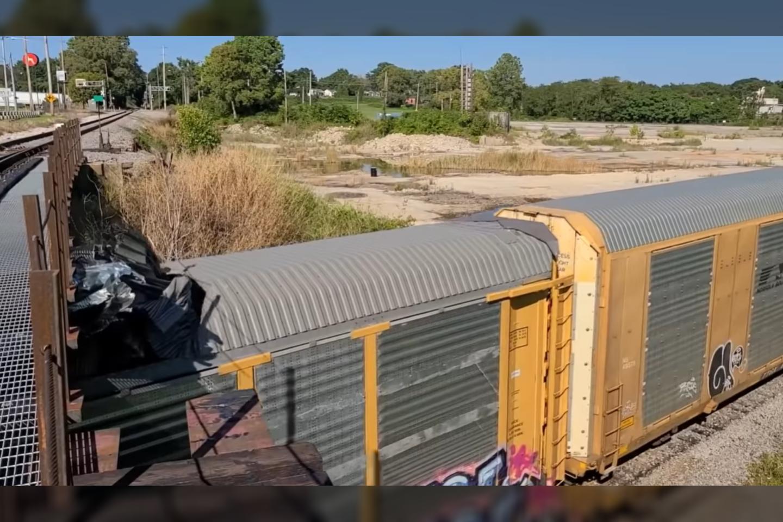 Automobilius gabenantis traukinys pateko į labai keistą avariją – žemas tiltas tiesiog nuplėšė jo stogą.<br>Stop-kadras