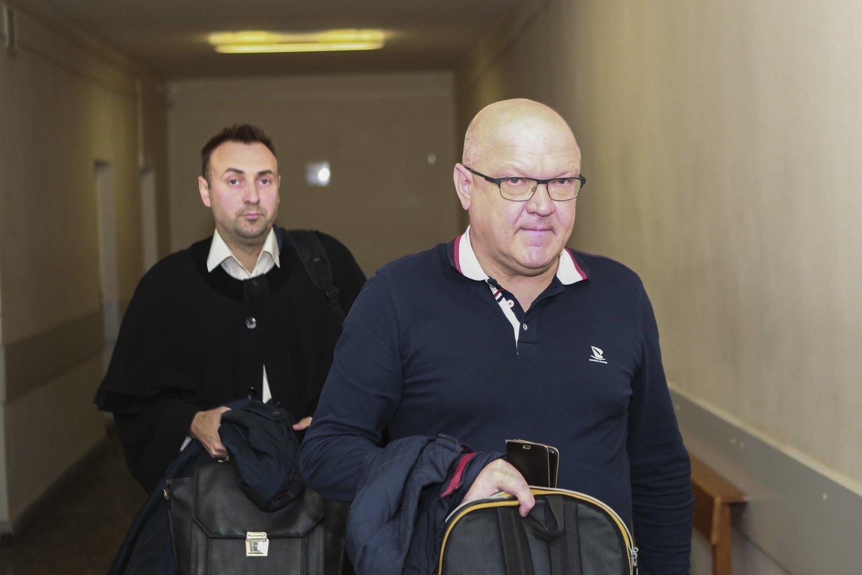 Kauno apygardos teisme chirurgo Ž.Saladžinsko gynėjai pateikė prašymus iš naujo tirti įrodymus, apklausti medicinos specialistus.<br>G.Bitvinsko nuotr.