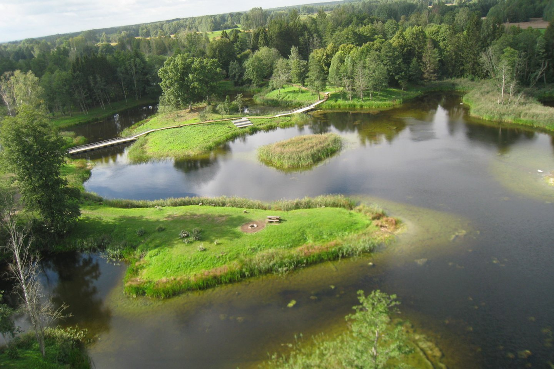 Nuo Kirkilų apžvalgos bokšto atsiveria Kirkilų kraštovaizdžio draustinyje esančių karstinių įgriuvų reljefo vaizdas: 30 vandens pilnų smegduobių, vadinamų Kirkilų draustinio ežerėliais.<br>M.Augulytės nuotr.