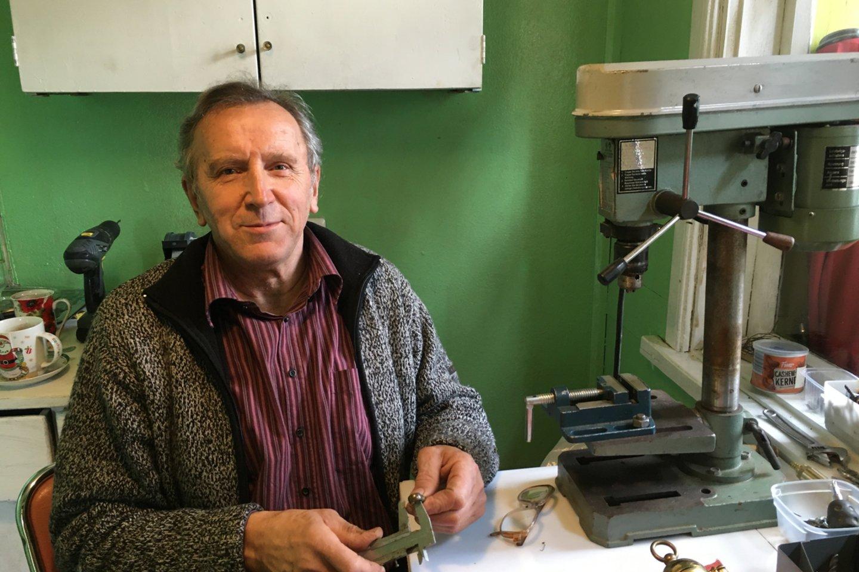 R.Steponavičiaus gyvenimo permainos prasidėjo jam išėjus į pensiją – vyras slidinėja, tapo, kuria darbus iš metalo.<br>R.Karlonienės nuotr.