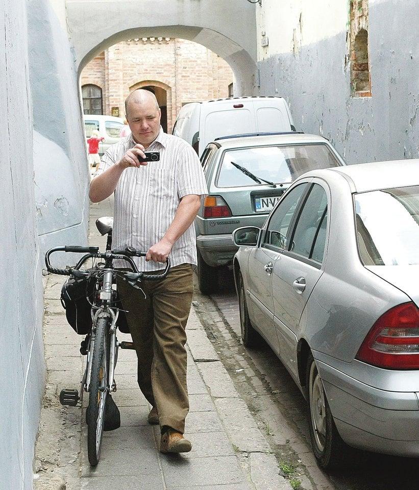 Virsdamas per vairą E.Kriščiūnas sugebėjo sulaužyti priekinį dviračio ratą.<br>E.Kriščiūno nuotr.