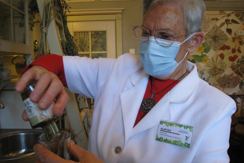 """""""Valerijono"""" vaistinės šeimininkė, ekologiškų kremų receptūros autorė A.Girdenienė.<br>M.Augulytės nuotr."""