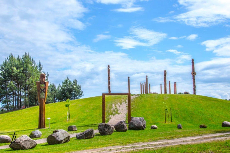 Vertingiausias Naisių dievų panteono objektas – Alkos kalnas, senojo lietuvių tikėjimo šventvietės – alkakalnio – atspindys.