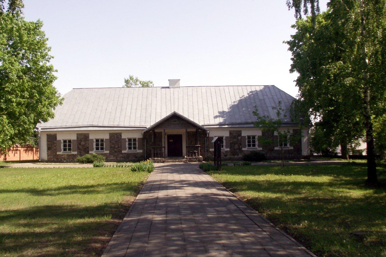Naisių dvaro rūmai, dabar – Šiaulių rajono literatūros muziejus, kurio pamatuose įmūrytas dubenuotasis akmuo.