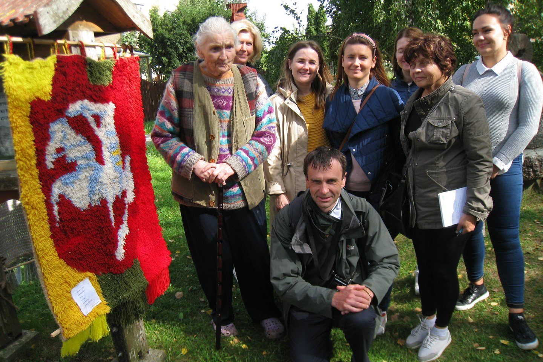 Su Baltų kelio ekskursijos dalyviais susitiko dubenuotųjų akmenų muziejaus įkūrėjo našlė, buvusi pedagogė Valerija Stapulionienė.