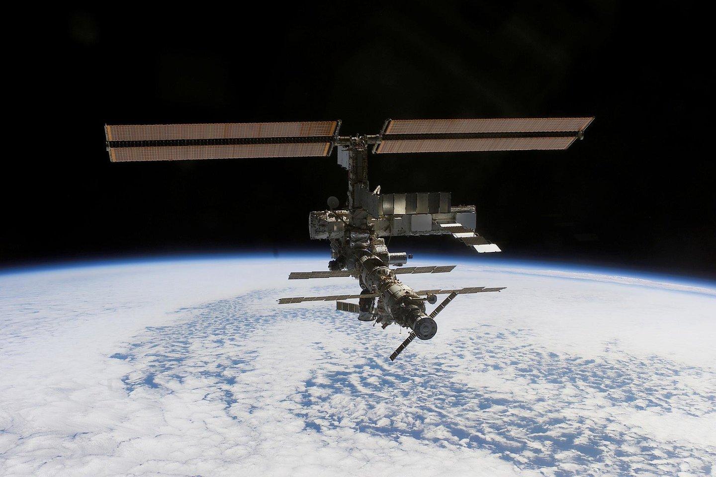 """Tarptautinėje kosminėje stotyje (TKS) dirbantys astronautai ir kosmonautai atliko """"vengimo manevrą"""" - kad užtikrintų, jog į kosminę stotį neatsitrenks kosmoso šiukšlė.<br>NASA nuotr."""