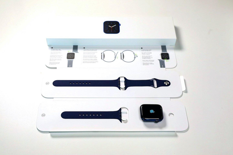 """Trečiadienį Lietuvoje prasideda oficiali """"Apple Watch Series 6"""" ir """"Apple Watch SE"""" prekyba."""