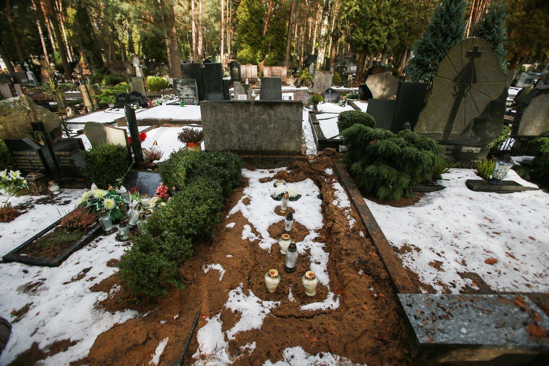 Ginčą dėl V.Ramašausko kapo Petrašiūnuose netrukus narplios aukštesnės instancijos teismas. Taip kapavietė atrodė užpraeitą žiemą, po svetimo žmogaus palaidojimo.<br>G.Bitvinsko nuotr.