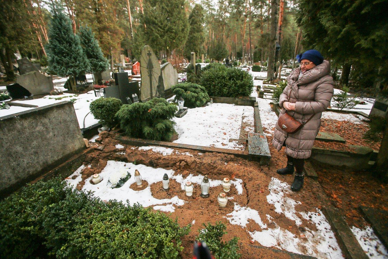 Ginčą dėl V.Ramašausko kapo Petrašiūnuose netrukus narplios aukštesnės instancijos teismas. Taip kapavietė atrodė užpraeitą žiemą, po svetimo žmogaus palaidojimo (nuotr. V.Ramašausko anūkė J.Rauktienė).<br>G.Bitvinsko nuotr.