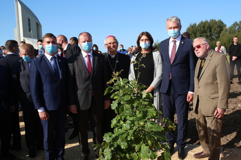 Raseinių rajono meras A.Bautronis praėjusį savaitgalį dalyvavo Kryžkalnyje iškilmingai atidengto Lietuvos partizanų memorialo šventėje, kurioje buvo ir aukščiausi šalies vadovai.<br>M.Patašiaus nuotr.