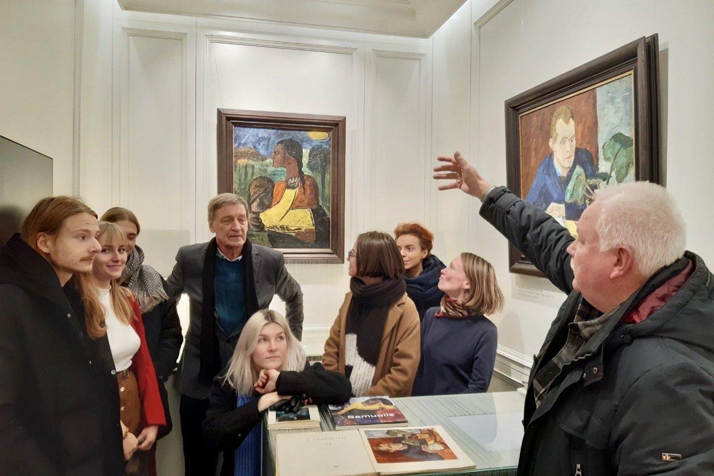 """Studentai su Arvydu Šalteniu ir Viktoru Liutkumi parduotuveje """"Du broliai"""".<br>Asmeninio albumo nuotr."""