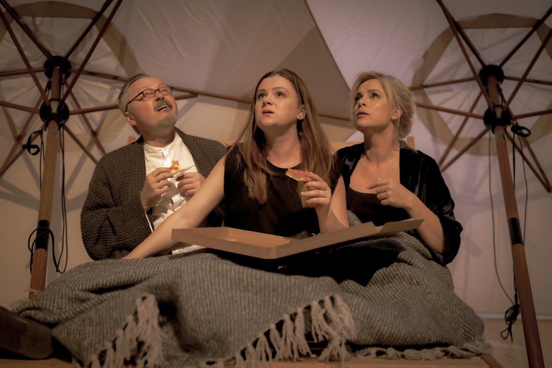 """M.Gorkis """"Saulės vaikai"""". D.Meškauskas scenoje su partnerėmis K.Kontenyte (viduryje) ir I.Jankauskaite.<br>M.Vilkarsio nuotr."""