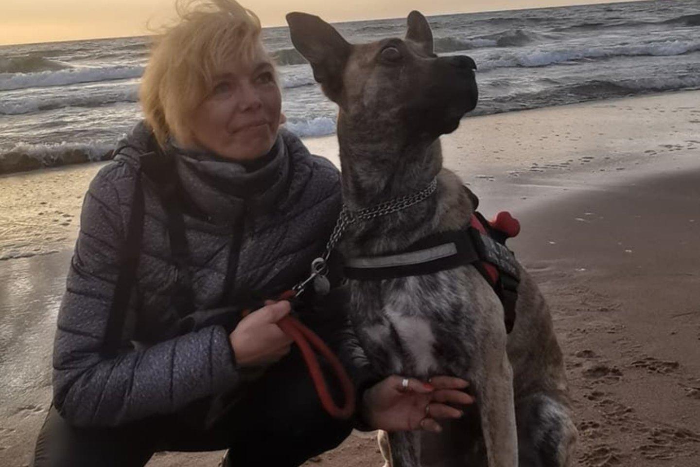 O čia ji su aklu šuniu Alto, kurį intensyviai dresuoja.<br>Asmeninio archyvo nuotr.